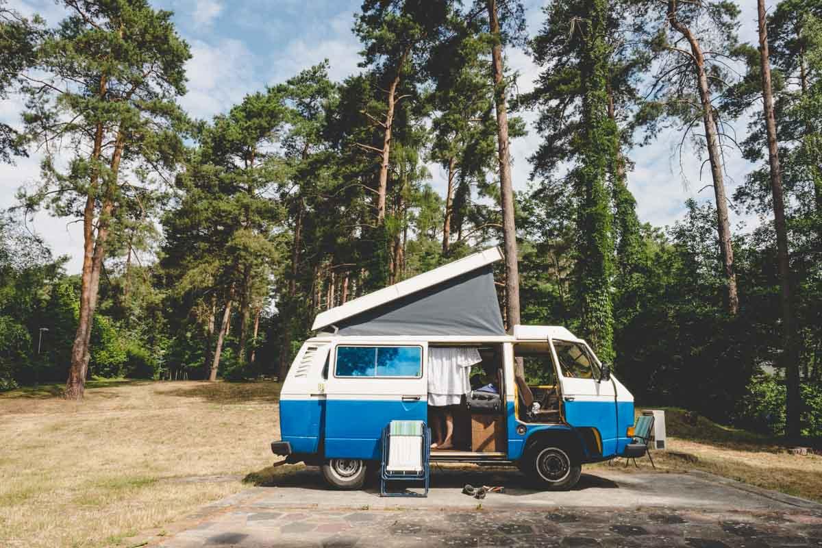 VW T3-Bulli auf dem Campingplatz