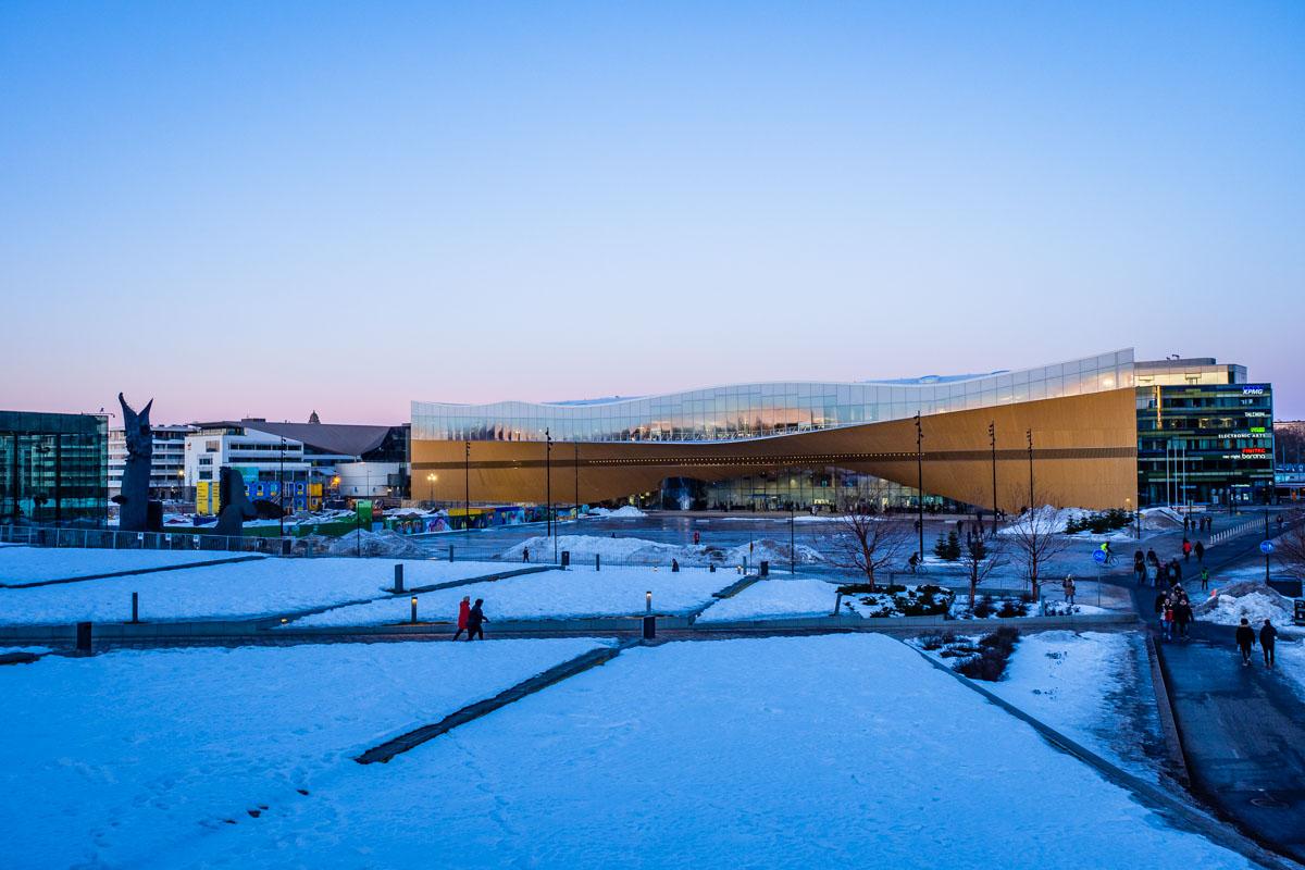 Die Bibliothek Oodi in Helsinki im zartrosa Winterhimmel