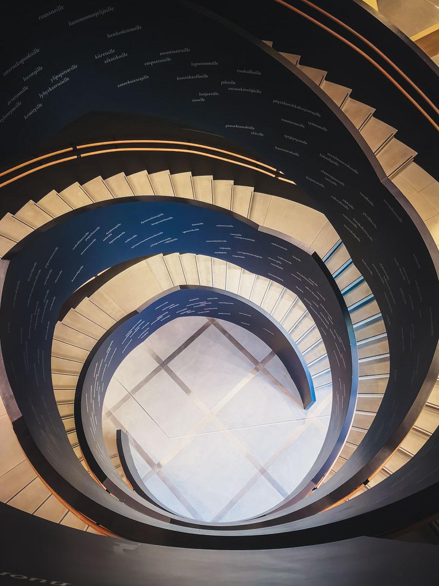Runder Treppenaufgang in der Oodi.