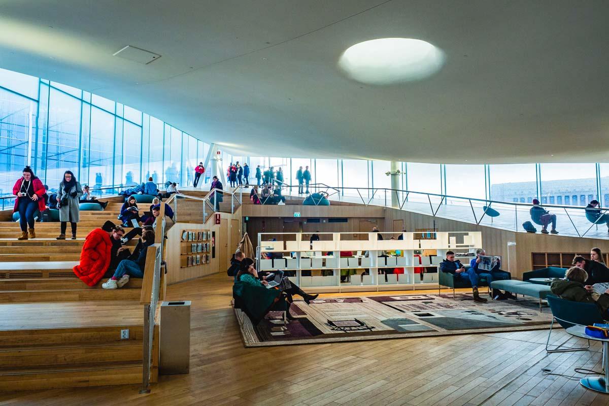 Schräge Architektur in der Bibliothek Oodi in Helsinki, Finnland