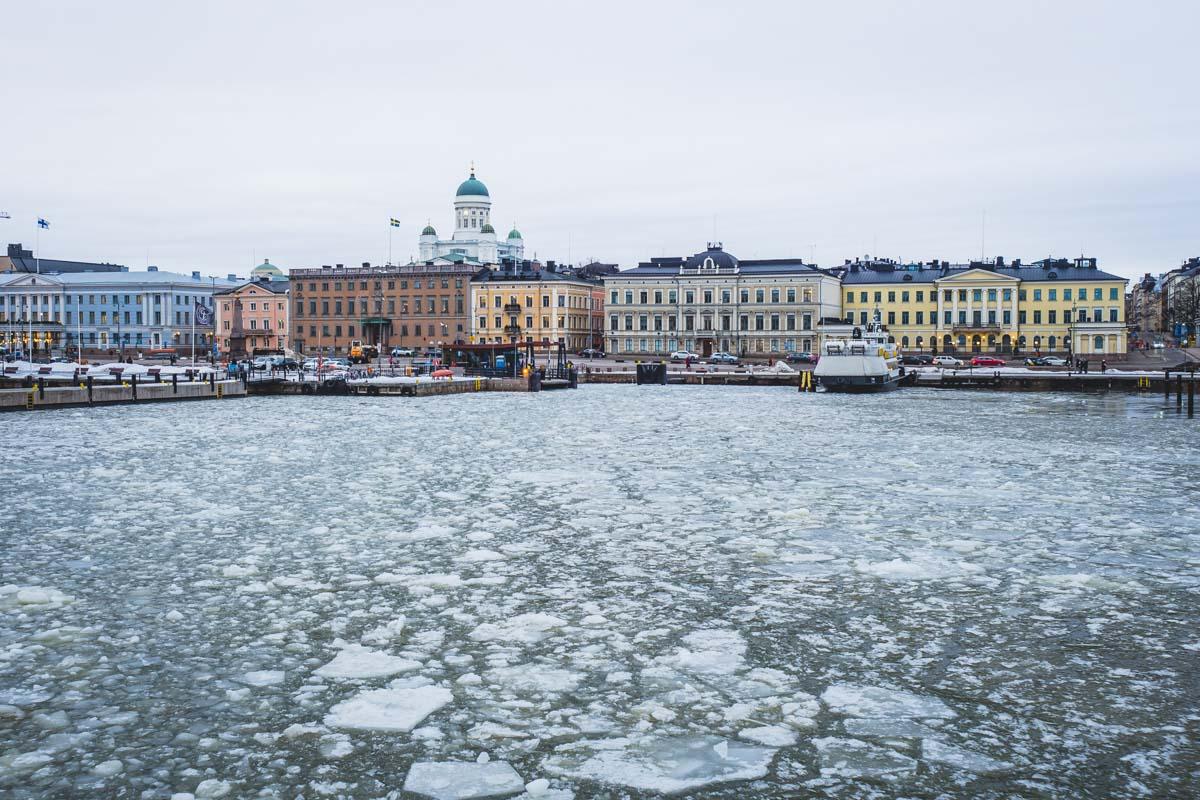 Helsinki Waterfront mit Eisschollen