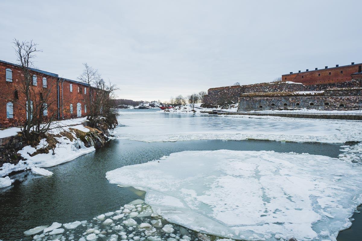 Helsinki im Winter - Suomenlinna mit gefrorenen Eisschollen