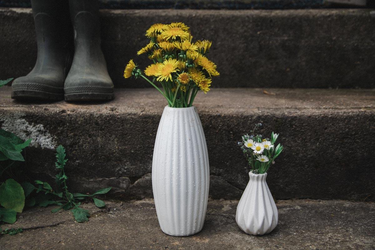 Löwenzahn und Gänseblümchen in der Vase