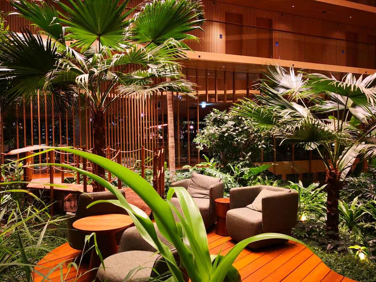 Hotelsessel zwischen Dschungel