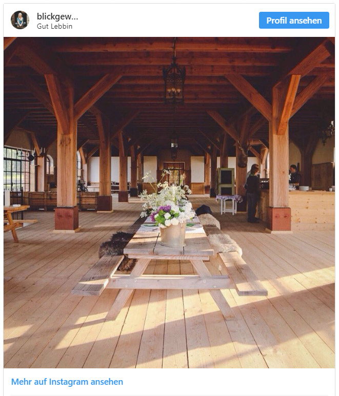 Große Holzscheune mit gedecktem Tisch