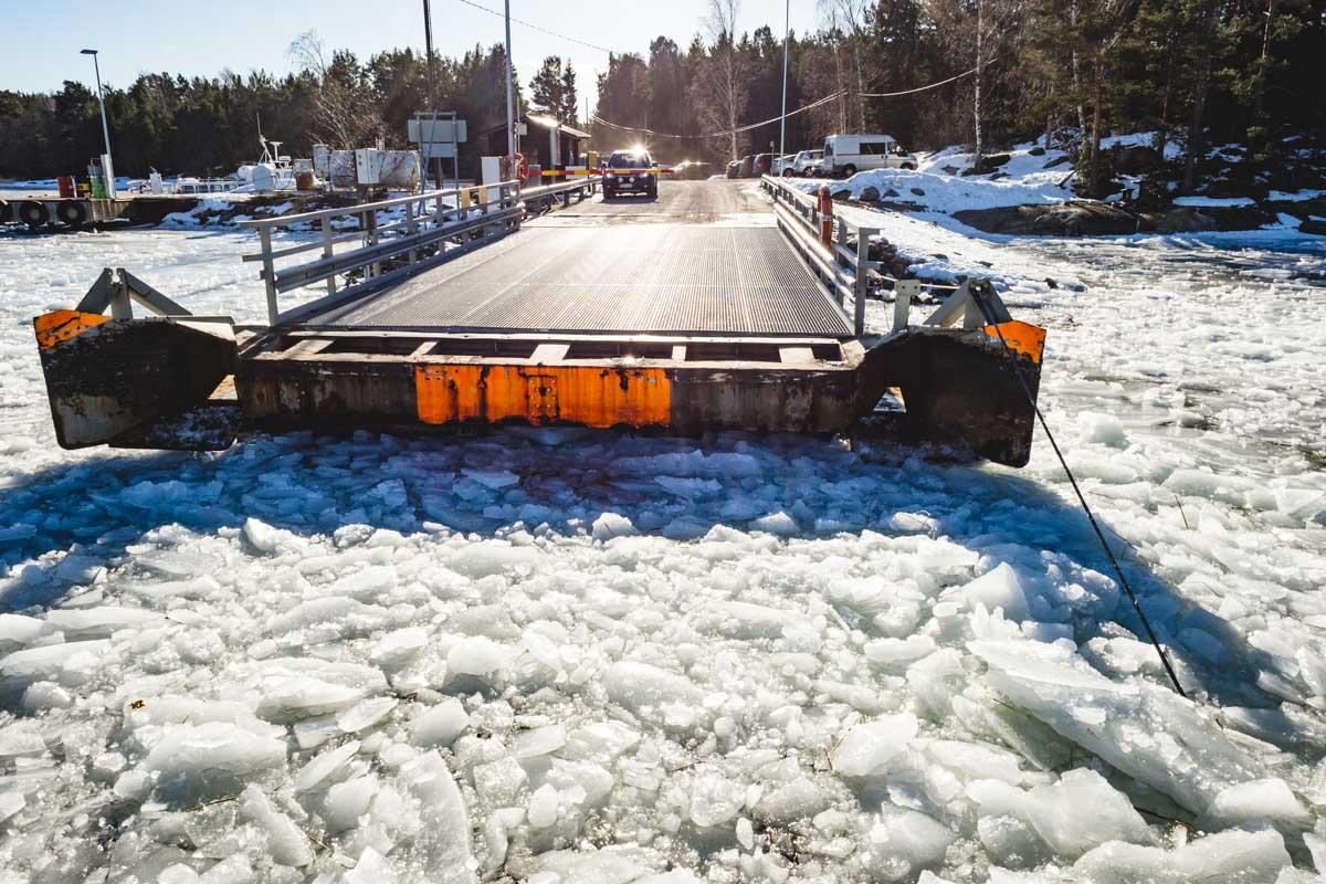 Fähre durch Eis