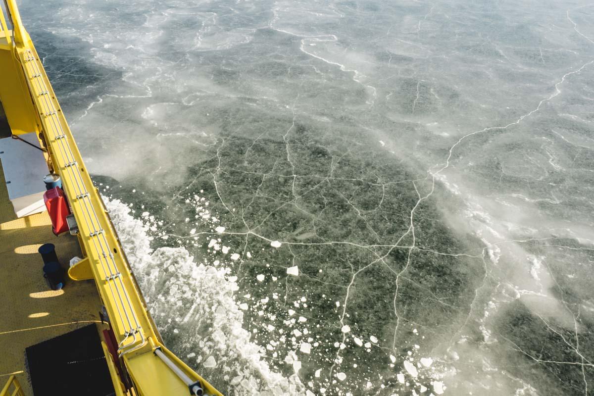 Eisfilm über dem Wasser