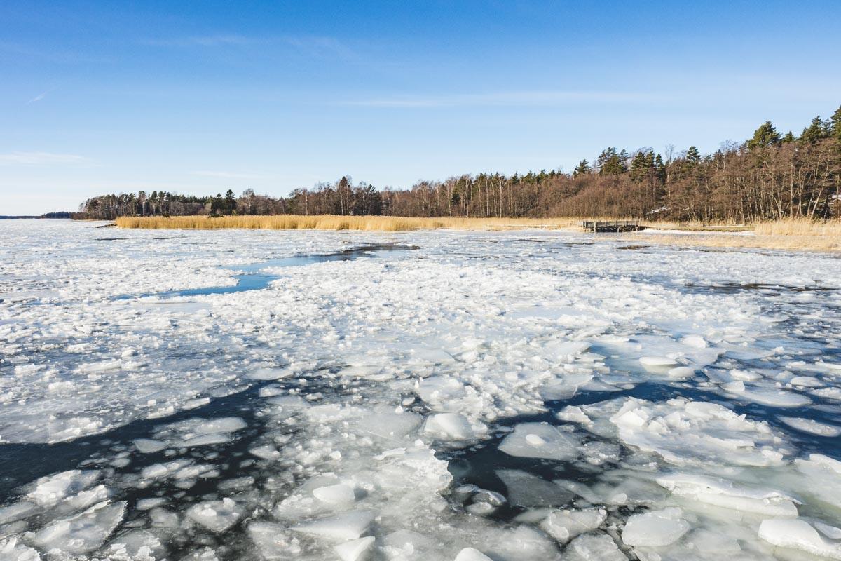 Eisschollen und Schneelandschaft