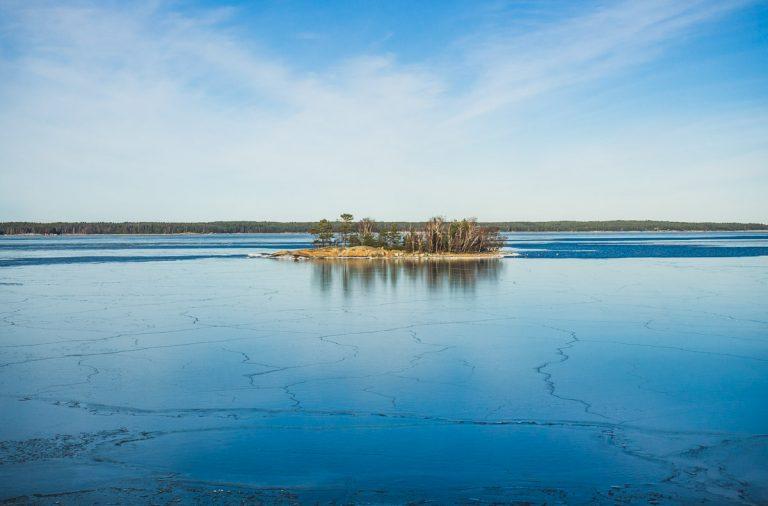 Kleine Insel zwischen gefrorenem Meer.