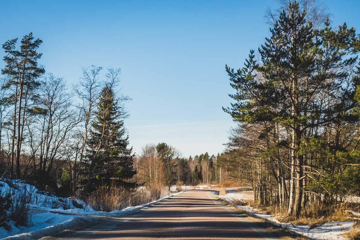Straße auf dem Turku-Archipel in Finnland