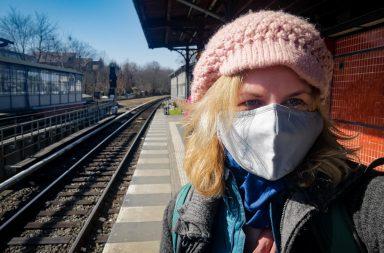 Mit Maske am S-Bahnhof in Berlin